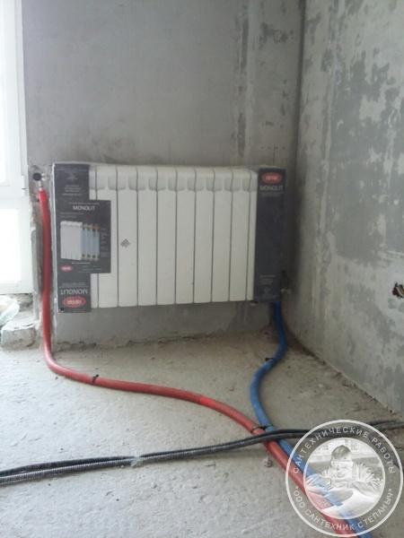 Замененный радиатор отопления с подведением труб Rehau